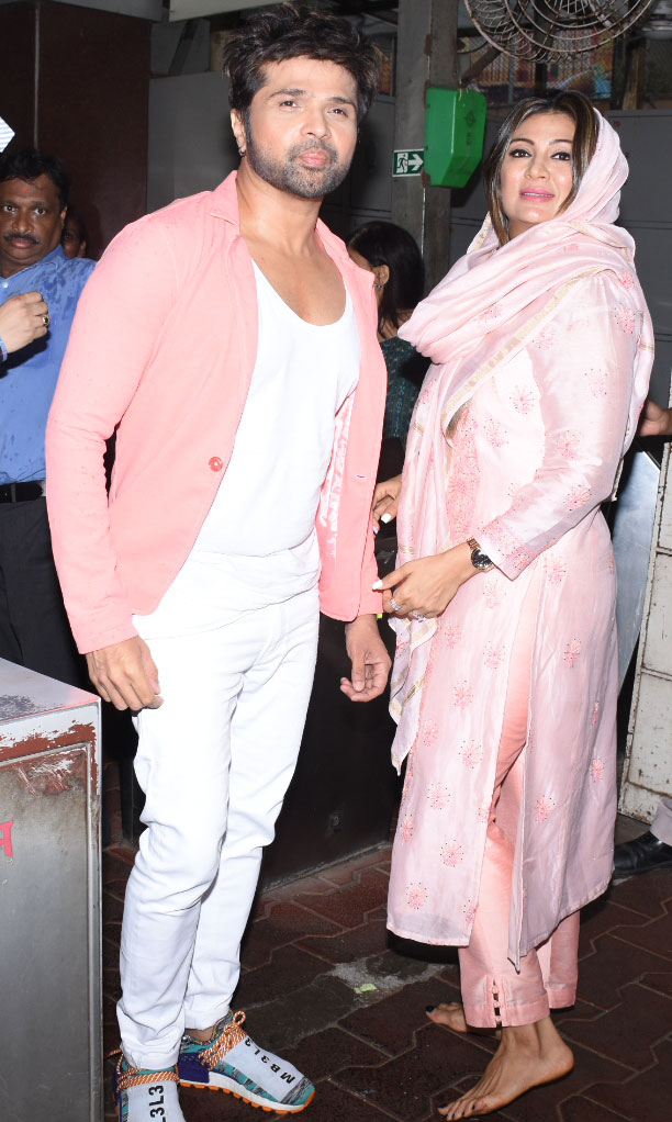 photos : Himesh Reshmia with wife spotted at Sidhivinayak temple